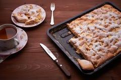 Πίτα Σαρλόττα της Apple στον ξύλινο πίνακα Στοκ Φωτογραφίες