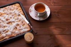 Πίτα Σαρλόττα της Apple στον ξύλινο πίνακα Στοκ εικόνα με δικαίωμα ελεύθερης χρήσης