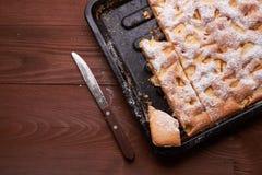 Πίτα Σαρλόττα της Apple στον ξύλινο πίνακα Στοκ εικόνες με δικαίωμα ελεύθερης χρήσης