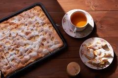 Πίτα Σαρλόττα της Apple στον ξύλινο πίνακα Στοκ Εικόνα