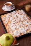 Πίτα Σαρλόττα της Apple στον ξύλινο πίνακα Στοκ φωτογραφίες με δικαίωμα ελεύθερης χρήσης