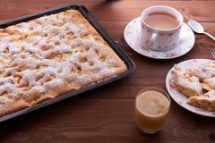 Πίτα Σαρλόττα της Apple στον ξύλινο πίνακα Στοκ Εικόνες