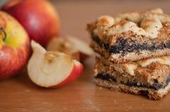 Πίτα σπόρου παπαρουνών με τα μήλα Στοκ φωτογραφία με δικαίωμα ελεύθερης χρήσης