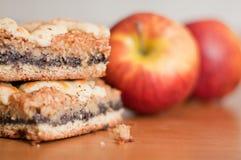 Πίτα σπόρου παπαρουνών με τα μήλα Στοκ εικόνα με δικαίωμα ελεύθερης χρήσης