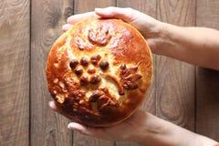 Πίτα στα χέρια Στοκ εικόνα με δικαίωμα ελεύθερης χρήσης