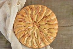Πίτα σφουγγαριών της Apple λευκό απομόνωσης καρπού κέικ Στοκ Εικόνα