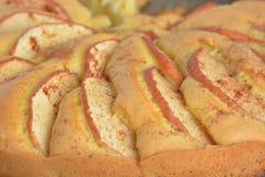 Πίτα σφουγγαριών της Apple λευκό απομόνωσης καρπού κέικ Στοκ Φωτογραφία