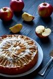 Πίτα της Apple, άσπρο πιάτο στο αγροτικό υπόβαθρο Στοκ φωτογραφία με δικαίωμα ελεύθερης χρήσης