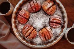 Πίτα της Apple, επιδόρπιο φρούτων, ξινό στον ξύλινο αγροτικό πίνακα Τοπ άποψη, υπόβαθρο Χριστουγέννων Στοκ Εικόνες