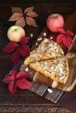 Πίτα της Apple, ζωηρόχρωμα φύλλα σε μια παλαιά ξύλινη επιφάνεια Στοκ Εικόνα