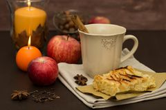 Πίτα της Apple και ζεστό ποτό Στοκ φωτογραφία με δικαίωμα ελεύθερης χρήσης