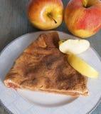 Πίτα της Apple και μήλο σε έναν ξύλινο πίνακα Στοκ Εικόνες