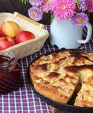 Πίτα της Apple και μαρμελάδα φραουλών 1 ζωή ακόμα Στοκ φωτογραφία με δικαίωμα ελεύθερης χρήσης