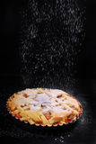 Πίτα της Apple και μειωμένη κονιοποιημένη ζάχαρη στο μαύρο πίνακα Στοκ εικόνες με δικαίωμα ελεύθερης χρήσης