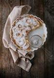 Πίτα της Apple και μια πετσέτα στον ξύλινο πίνακα Στοκ Εικόνες