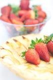 Πίτα της Apple και μια φράουλα Στοκ εικόνες με δικαίωμα ελεύθερης χρήσης