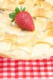 Πίτα της Apple και μια φράουλα Στοκ φωτογραφία με δικαίωμα ελεύθερης χρήσης