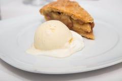 Πίτα της Apple και παγωτό φασολιών βανίλιας Στοκ Φωτογραφίες