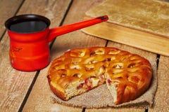 Πίτα της Apple και τουρκικό δοχείο καφέ Στοκ εικόνα με δικαίωμα ελεύθερης χρήσης