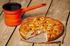 Πίτα της Apple και τουρκικό δοχείο καφέ Στοκ φωτογραφία με δικαίωμα ελεύθερης χρήσης