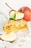 Πίτα της Apple και φρέσκα μήλα σε ένα λευκό Στοκ φωτογραφία με δικαίωμα ελεύθερης χρήσης
