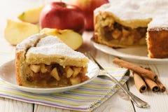 Πίτα της Apple και φλυτζάνι του τσαγιού στο άσπρο ξύλινο υπόβαθρο Στοκ Εικόνα