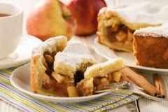 Πίτα της Apple και φλυτζάνι του τσαγιού στο άσπρο ξύλινο υπόβαθρο Στοκ Εικόνες