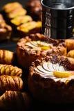 Πίτα της Apple και croissant Στοκ φωτογραφία με δικαίωμα ελεύθερης χρήσης
