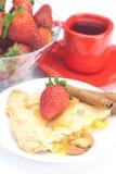 Πίτα της Apple, κανέλα, ένα φλυτζάνι του τσαγιού και φράουλες Στοκ Φωτογραφία