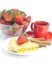 Πίτα της Apple, κανέλα, ένα φλυτζάνι του τσαγιού και φράουλες Στοκ Φωτογραφίες
