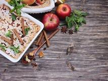 Πίτα της Apple, κόκκινα μήλα, μέντα και καρυκεύματα Στοκ Εικόνες