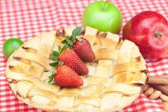 Πίτα της Apple, μήλο, ασβέστης, κανέλα και φράουλα Στοκ Φωτογραφία