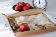 Πίτα της Apple, μήλα και εκλεκτής ποιότητας κλίμακα κουζινών Στοκ φωτογραφία με δικαίωμα ελεύθερης χρήσης