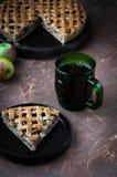 Πίτα της Apple με ένα δικτυωτό πλέγμα της whole-grain ζύμης, σύνολο και στα κομμάτια Στοκ φωτογραφίες με δικαίωμα ελεύθερης χρήσης