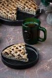 Πίτα της Apple με ένα δικτυωτό πλέγμα της whole-grain ζύμης, σύνολο και στα κομμάτια Στοκ εικόνες με δικαίωμα ελεύθερης χρήσης