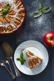 Πίτα της Apple με ένα κομμάτι στο άσπρο πιάτο Στοκ φωτογραφίες με δικαίωμα ελεύθερης χρήσης