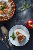 Πίτα της Apple με ένα κομμάτι στο άσπρο πιάτο Στοκ Εικόνα