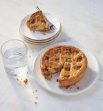 Πίτα της Apple με ένα μικρό κομμάτι στο πιάτο Στοκ φωτογραφία με δικαίωμα ελεύθερης χρήσης