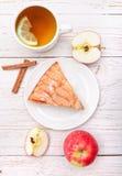 Πίτα της Apple με ένα φλυτζάνι του τσαγιού Στοκ Φωτογραφίες