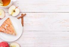Πίτα της Apple με ένα φλυτζάνι του τσαγιού Στοκ Εικόνες