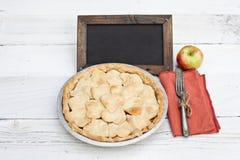 Πίτα της Apple με διαμορφωμένο το καρδιά κάλυμμα κρουστών με τον πίνακα κιμωλίας Στοκ Εικόνες