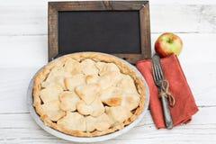 Πίτα της Apple με διαμορφωμένο το καρδιά κάλυμμα κρουστών με τον πίνακα κιμωλίας Στοκ φωτογραφία με δικαίωμα ελεύθερης χρήσης