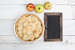 Πίτα της Apple με διαμορφωμένο το καρδιά κάλυμμα κρουστών με τον πίνακα κιμωλίας Στοκ φωτογραφίες με δικαίωμα ελεύθερης χρήσης