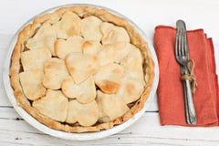 Πίτα της Apple με διαμορφωμένο το καρδιά κάλυμμα κρουστών Στοκ Φωτογραφίες