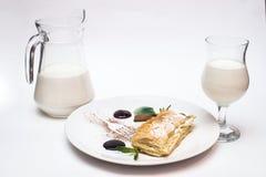 Πίτα της Apple με μια καράφα και ένα ποτήρι του γάλακτος Στοκ εικόνες με δικαίωμα ελεύθερης χρήσης