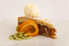 Πίτα της Apple με μια σέσουλα του παγωτού βανίλιας Στοκ εικόνες με δικαίωμα ελεύθερης χρήσης