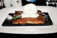Πίτα της Apple με μια σέσουλα του παγωτού Στοκ εικόνα με δικαίωμα ελεύθερης χρήσης
