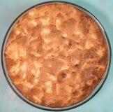 Πίτα της Apple με μια χρυσή κρούστα σε ένα στρογγυλό τηγάνι γυαλιού Στοκ φωτογραφία με δικαίωμα ελεύθερης χρήσης