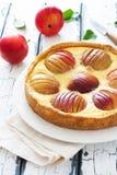 Πίτα της Apple με ολόκληρες τα κόκκινες μήλα και την κρέμα Στοκ εικόνα με δικαίωμα ελεύθερης χρήσης