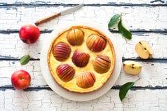 Πίτα της Apple με ολόκληρες τα κόκκινες μήλα και την κρέμα Στοκ Εικόνα